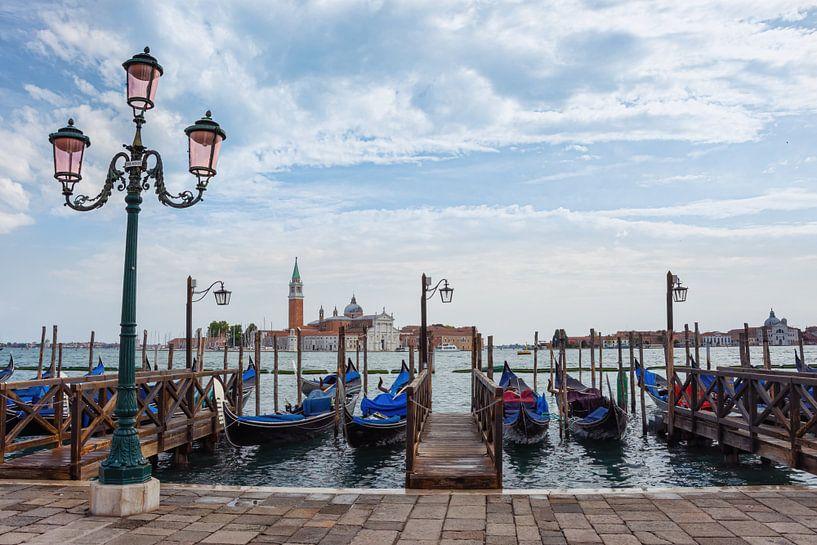 Gondels langs de kade in Venetië van Arja Schrijver Fotografie