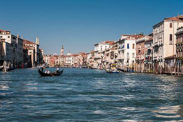 Kanalen in Venetië  van Brian Morgan