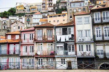 Gekleurde huizen in Porto van Monique Tekstra-van Lochem
