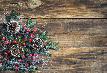 Natuurlijke kerstachtergrond met dennenappels, rode bessen en groene sparrentakken van Alex Winter