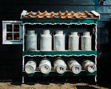 Milchkannen auf der Käsefarm von Joey D.