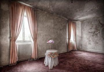 Salon rose avec flamant rose sur Marcel van Balken