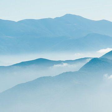 Mist en bergen van Douwe Schut