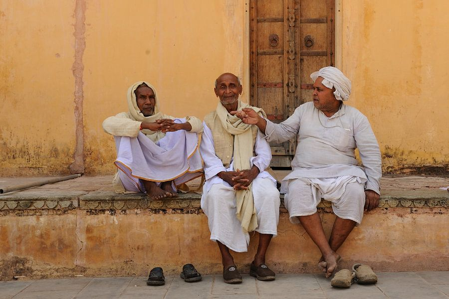 Mannen in India die even bijpraten in Jaipur