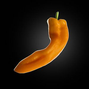 Food-Oranje puntpaprika op zwarte achtergrond