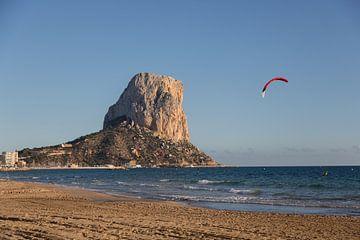 Der Strand und der Felsen (La Puntera) bei Calp, Alicante in Spanien. von Joost Adriaanse