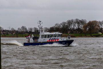 Politie te water van Henk Hartzheim