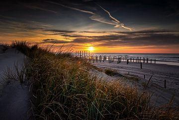 Zonsondergang aan het strand van Petten. van Peter van der Waard
