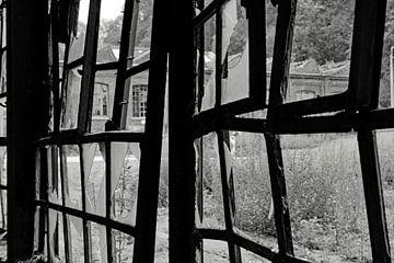 Schwarz-Weiß-Ansicht durch ein zerbrochenes Fenster von wil spijker