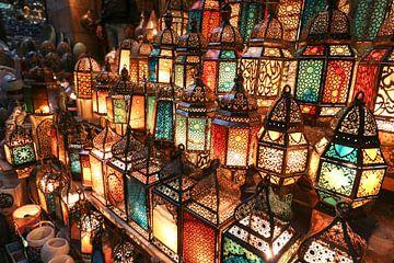 Lantaarns op de markt van Caïro van The Book of Wandering