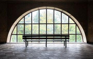 Verlassene Bank nahe Fenster. von Roman Robroek