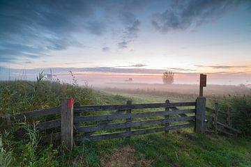 Polderlandschap Alblasserwaard in mist kort voor zonsopkomst van Beeldbank Alblasserwaard