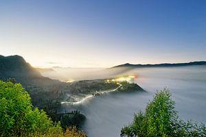 Indonesien - Nebelstimmung bei Sonnenaufgang am Mt. Bromo