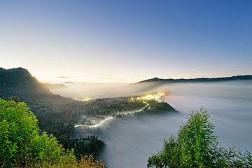 Indonesië - Mist bij zonsopgang bij Mt. Bromo van Ralf Lehmann