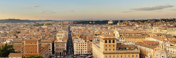 Rome, zicht op Via del Corso tot aan Piazza del Popolo