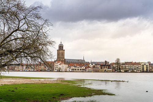 Pastel gekleurd beeld van Deventer en de IJssel bij hoogwater