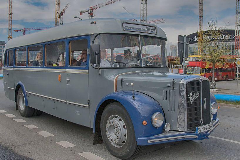 Autobus in Oost-Berlijn van Foto Amsterdam / Peter Bartelings