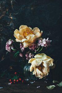 Stilleben mit Pfingstrosen und Blüten
