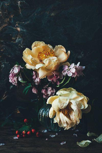 Stilleben mit Pfingstrosen und Blüten von From My Eyes