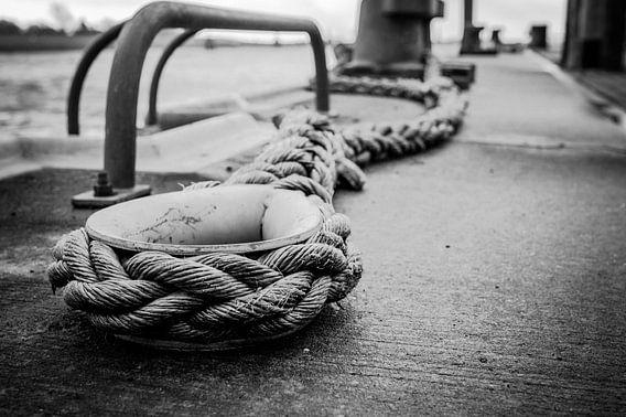 Schiffstau im Hafen in Emden
