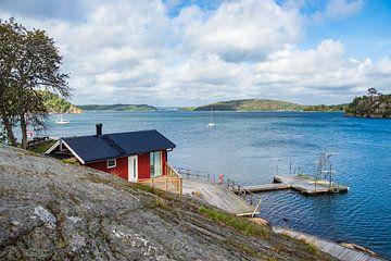 Gebäude und Bootssteg in Slussen in Schweden von Rico Ködder