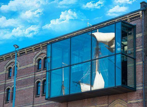 Reflectie in het raam van een pakhuis, van zeilen, Sail 2015