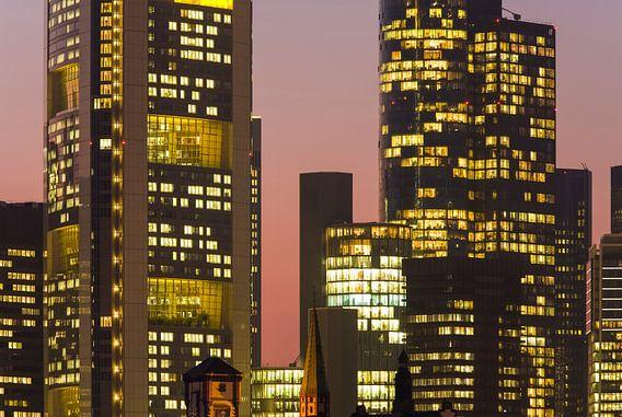 Bankwijk in Frankfurt 's nachts