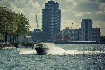 Taxiboot Rotterdam op volle snelheid van Andy Van Tilborg