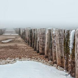 Golfbreker in de noordzee bij het besneeuwde strand van Dishoek in Zeeland von Wout Kok