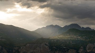 Le soleil dans les montagnes sur Kevin van Deursen