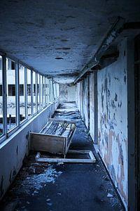 Bed in verlaten hotel van Karel Ham