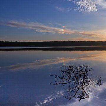 De dageraad over het rustige wateroppervlak van het meer. Ochtend blauwe lucht, in het water is een  van Michael Semenov