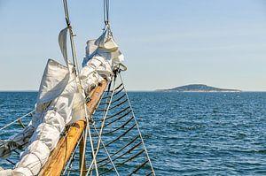 Altes Schiff nähert sich einer Insel