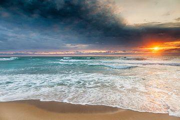 Zonsondergang op het strand van Le Truc Vert in Frankrijk van