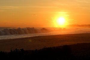 ondergaande zon aan de kust