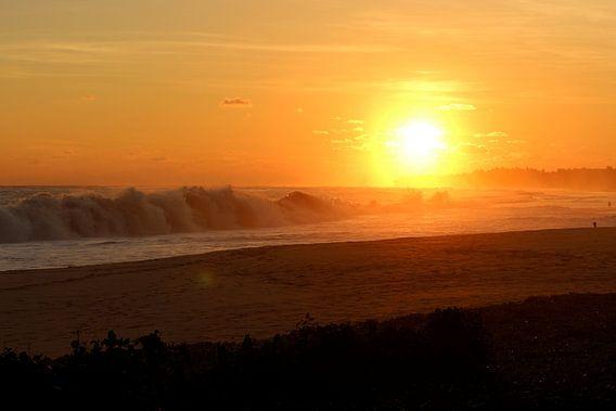ondergaande zon aan de kust van Wilma Hage