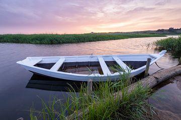 Ruderboot im Schilf von Matthias Nolde