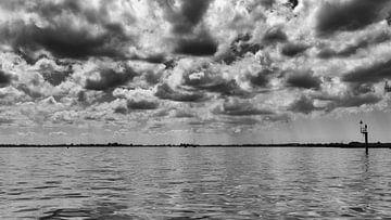 de wolkenlucht boven het Alkmaardermeer op een heerlijke zomerse dag van Studio de Waay