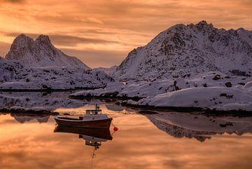Boat in fjord von Wojciech Kruczynski
