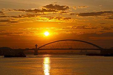 Zonsopkomst Van Brienenoordbrug te Rotterdam van Anton de Zeeuw
