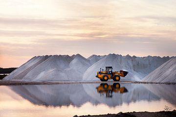 Oranger Traktor an Salzs Meer an der Costa Balena Spanien von Marianne van der Zee