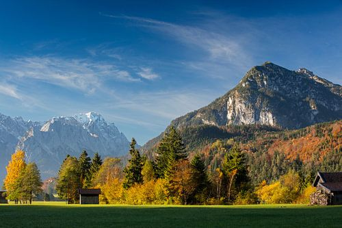 Herbststimmung mit Zugspitze und Kramer von
