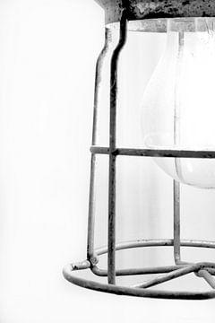 Abbildung eines Ausschnitts einer alten Wanderlampe in Schwarz-Weiß. von Therese Brals