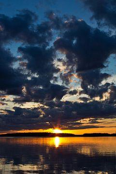 Zon en wolken boven het meer van Anja B. Schäfer