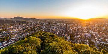 Freiburg met de kathedraal bij zonsondergang van Werner Dieterich