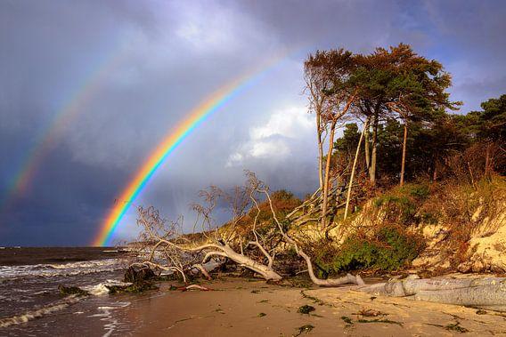 Regenboog over het weststrand