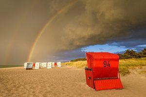 Strandkörbe mit Regenbogen nach dem Sturm