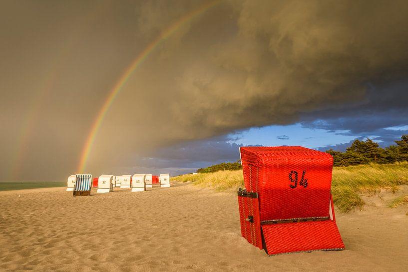 Strandkörbe mit Regenbogen nach dem Sturm van Christian Müringer