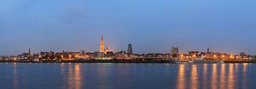 Antwerpen panorama in het blauwe uur von Dennis van de Water