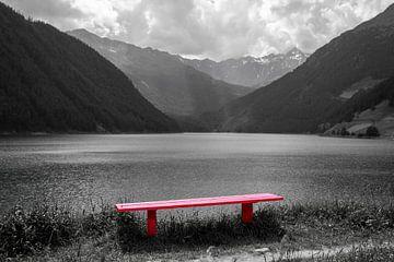 Rood bankje aan het water van Rene Bakker